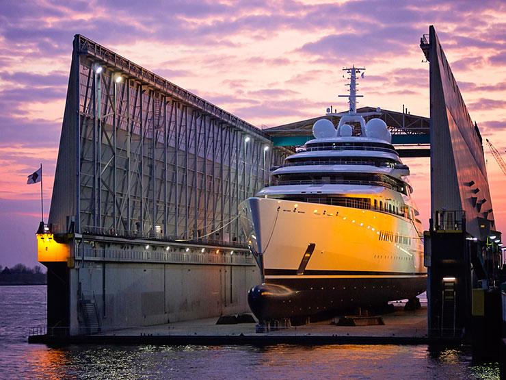 Самая большая яхта в мире — «AZZAM»